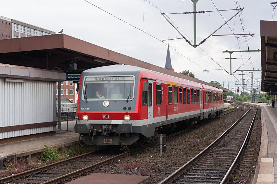 628.2/928.2 424 als Sonderzug RE 0 im Bahnhof Neumünster.