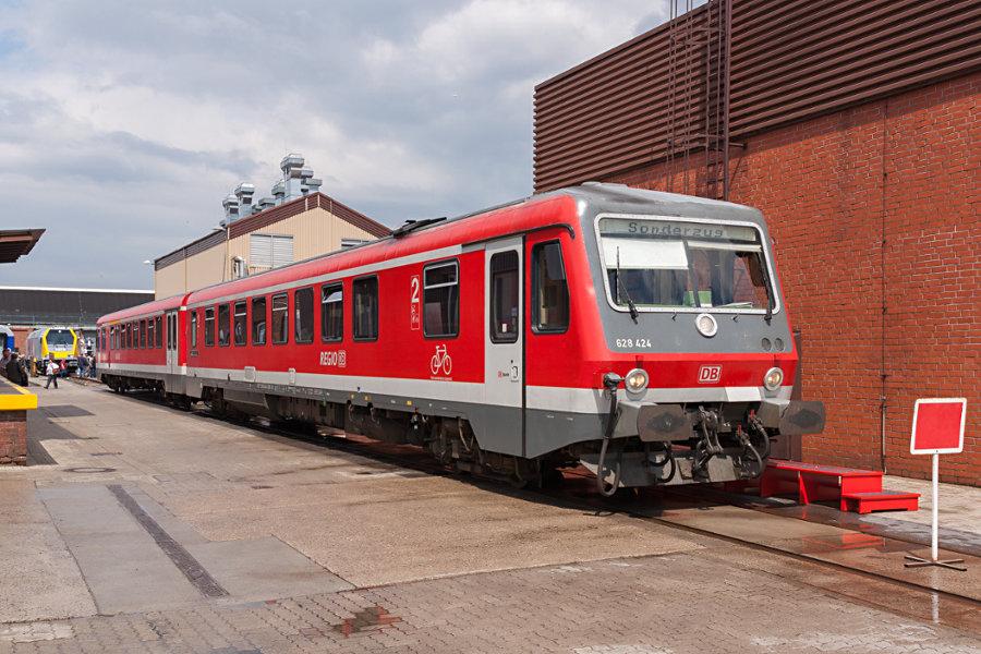 628.2/928.2 424 als Sonderzug RE 0 im Ausbesserungswerk Neumünster.