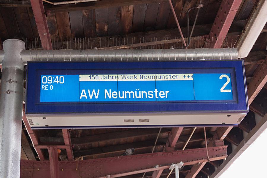 Anzeige des Sonderzugs (RE 0) zum Ausbesserungswerk Neumünster.