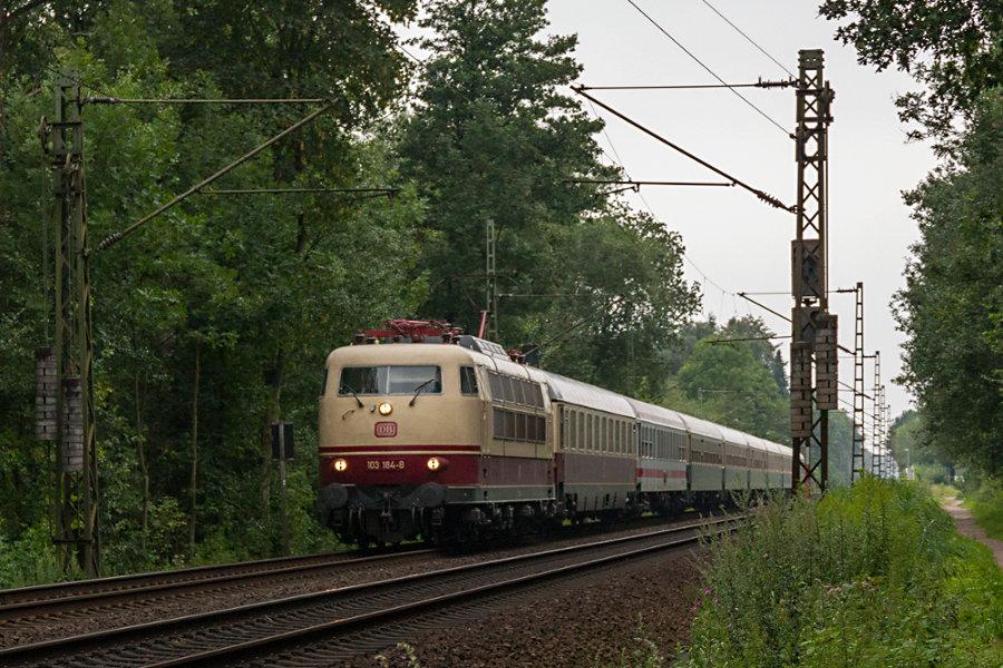 103 184 mit IC 2417 (IC '79) bei der Durchfahrt durch den Haltepunkt Prisdorf.
