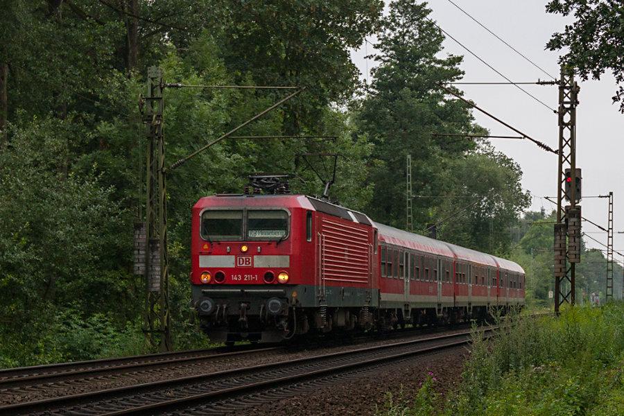 143 211 mit einer RB nach Pinneberg nach dem Halt im Haltepunkt Prisdorf.