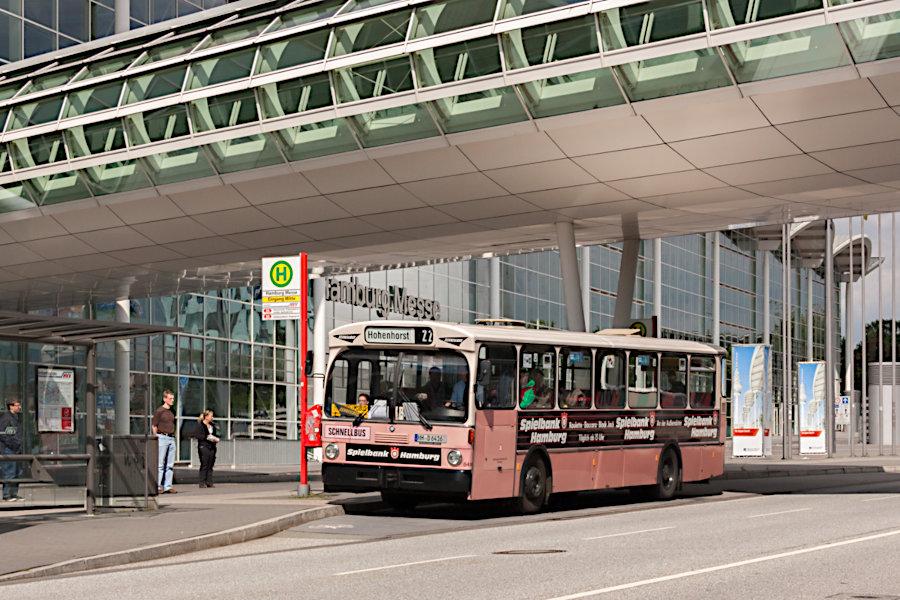 HOV 6416 (ex HHA 6416) an der Haltestelle Hamburg Messe am Fuße des Heinrich Hertz Turmes.