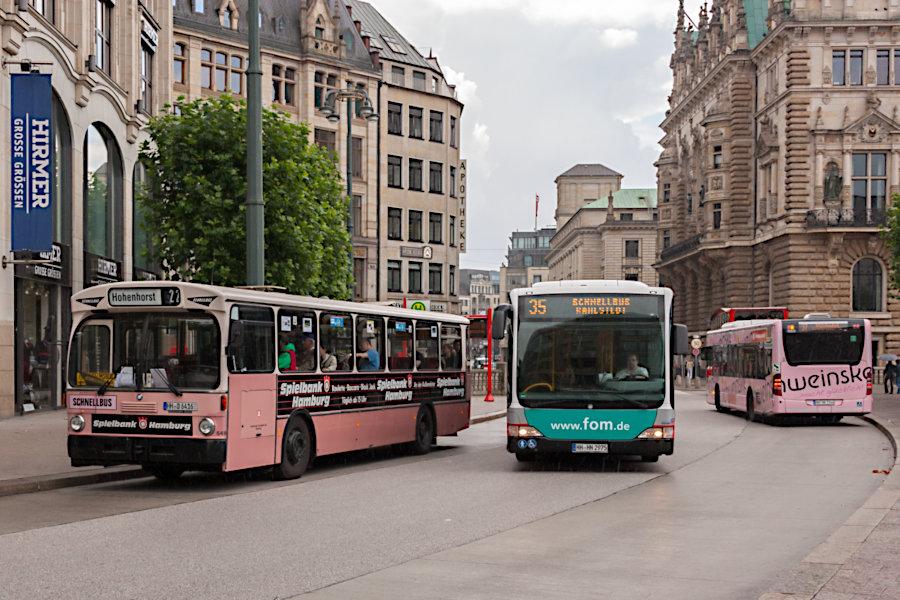 HOV 6416 (ex HHA 6416) neben HHA 6915 und 6906 an der Haltestelle Rathausmarkt.