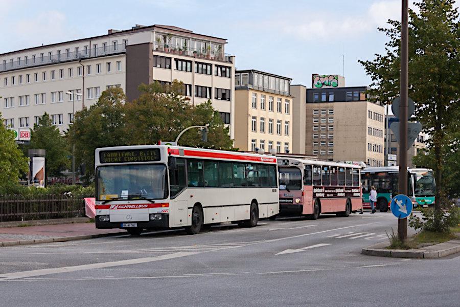 HOV 6502 (ex HHA 6502) und HOV 6416 (ex HHA 6416) beim Tag des offenen Denkmals 2011 auf der Omnibusanlage Bf. Altona.