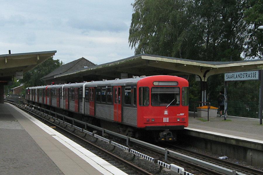 DT 3 LZB 921 und 922 in der Haltestelle Saarlandstraße.