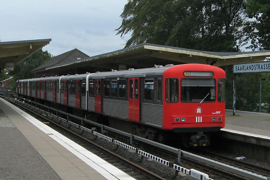 DT 3 LZB 923 und 926 in der Haltestelle Saarlandstraße.