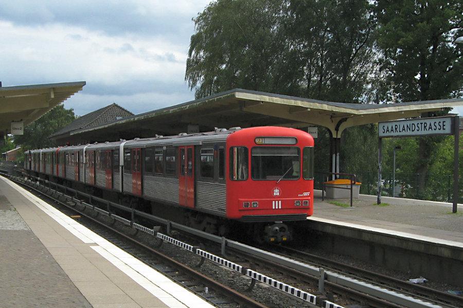 DT 3 LZB 924 und 925 in der Haltestelle Saarlandstraße.