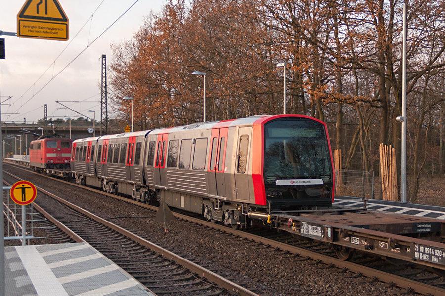 151 097 durchfährt mit dem ersten gelieferten DT 5 der HHA (Nr. 306) den Bahnhof Radbruch.