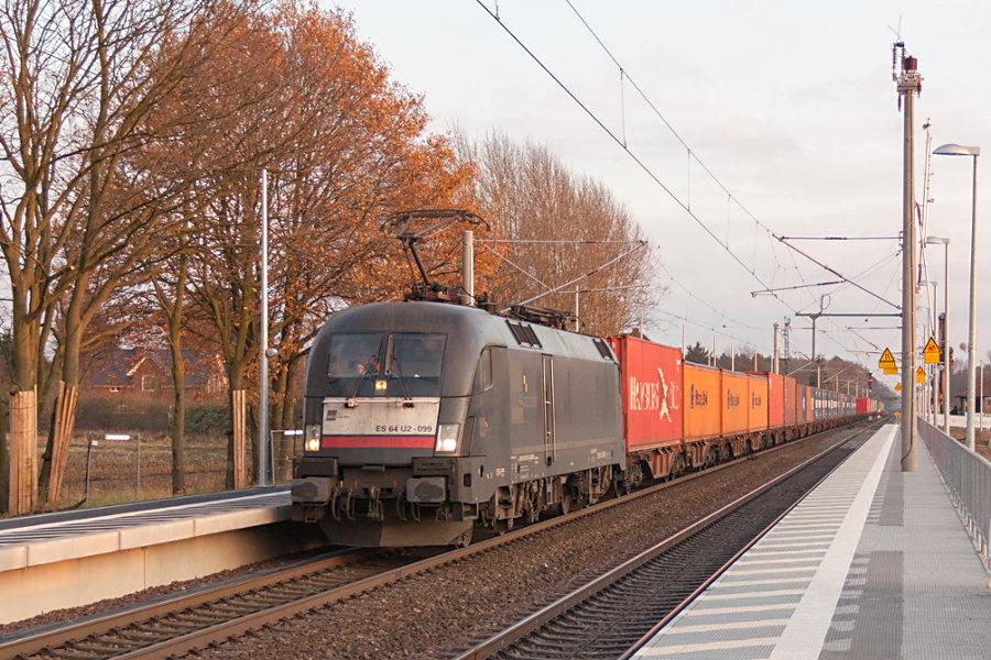 ES 64 - U2 099 (182 599) durchfährt mit einem Containerzug den Bahnhof Radbruch.