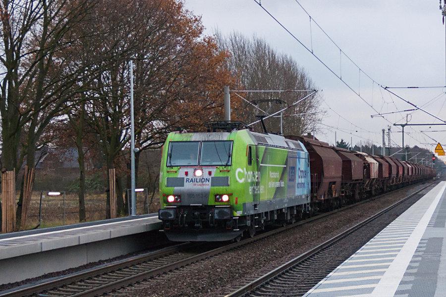 185 152 durchfährt mit einem Schüttgutzug den Bahnhof Radbruch.
