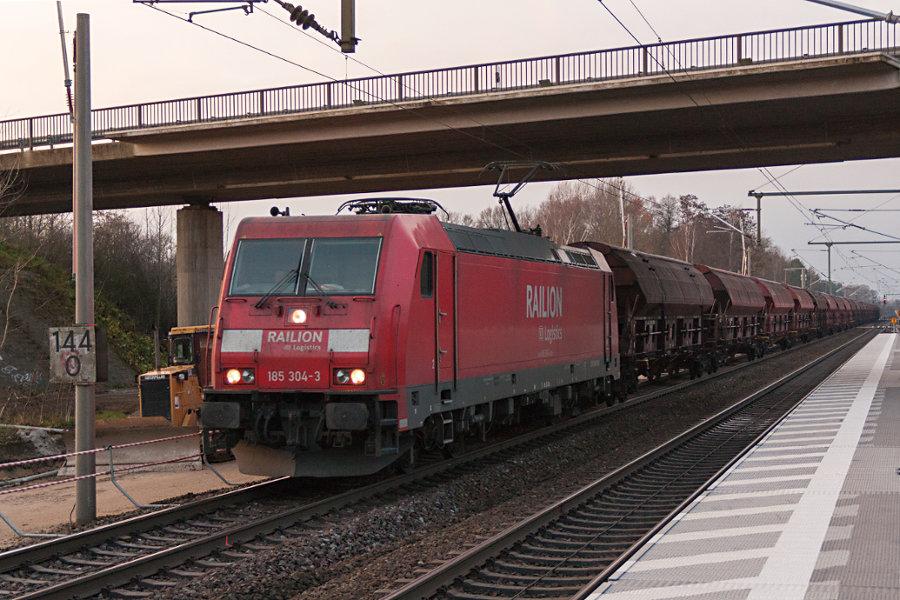 185 304 durchfährt mit einem Schüttgutzug den Bahnhof Radbruch.