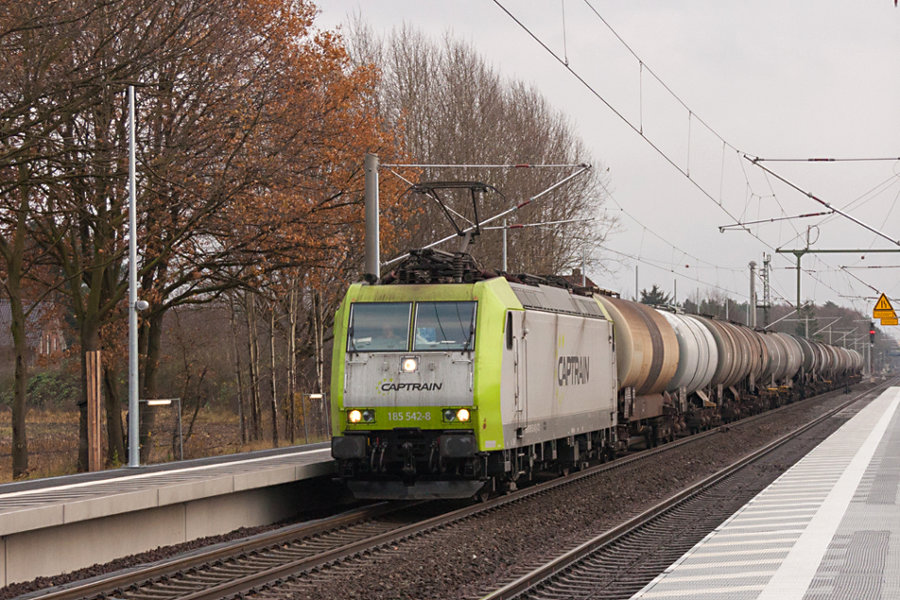 185 542 durchfährt mit einem Kesselzug den Bahnhof Radbruch.