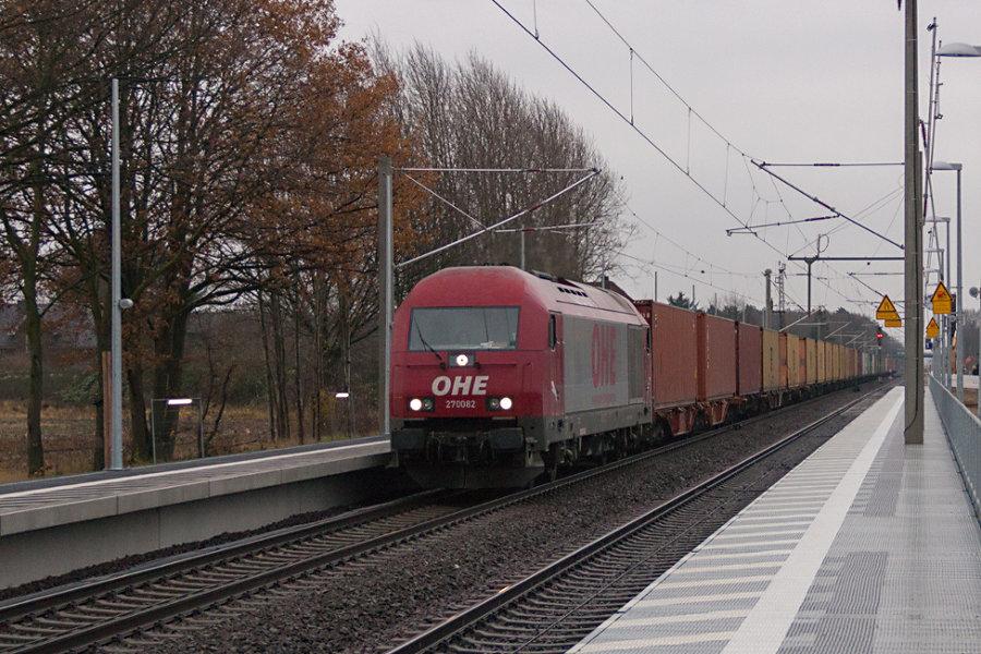 OHE 270082 (223 103) durchfährt mit einem Containerzug den Bahnhof Radbruch.
