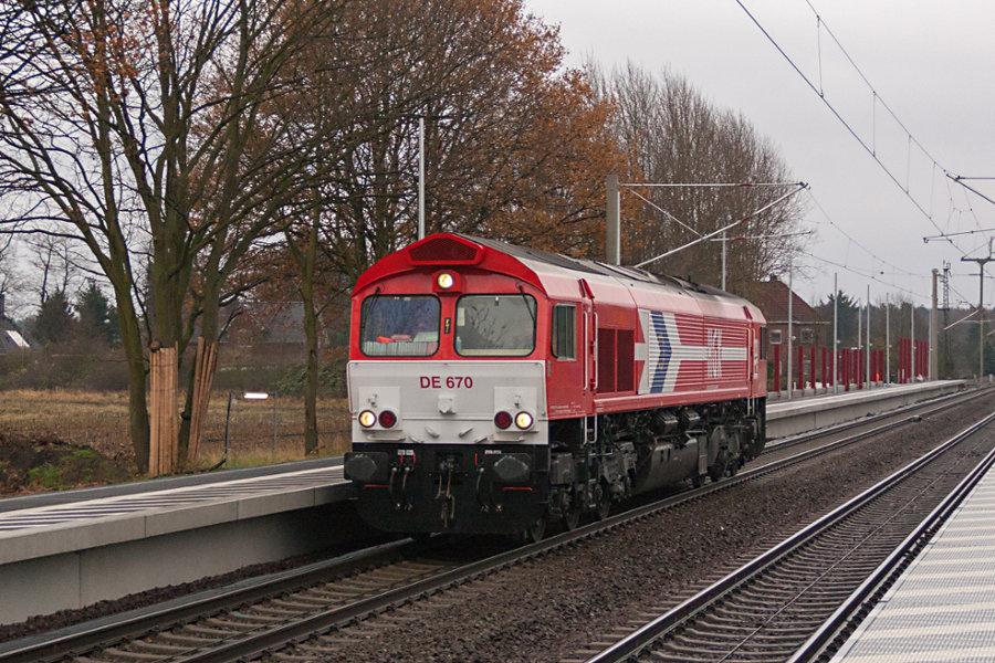 HGK DE 670 (266 070) durchfährt als Leerfahrt den Bahnhof Radbruch.