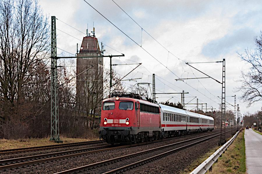 110 493 nach der Durchfahrt durch den Bahnhof Brokstedt.