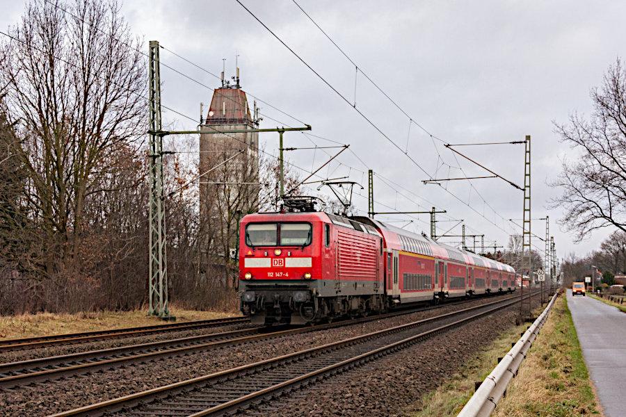 112 147 mit einem RE aus Kiel nach der Durchfahrt durch den Bahnhof Brokstedt.