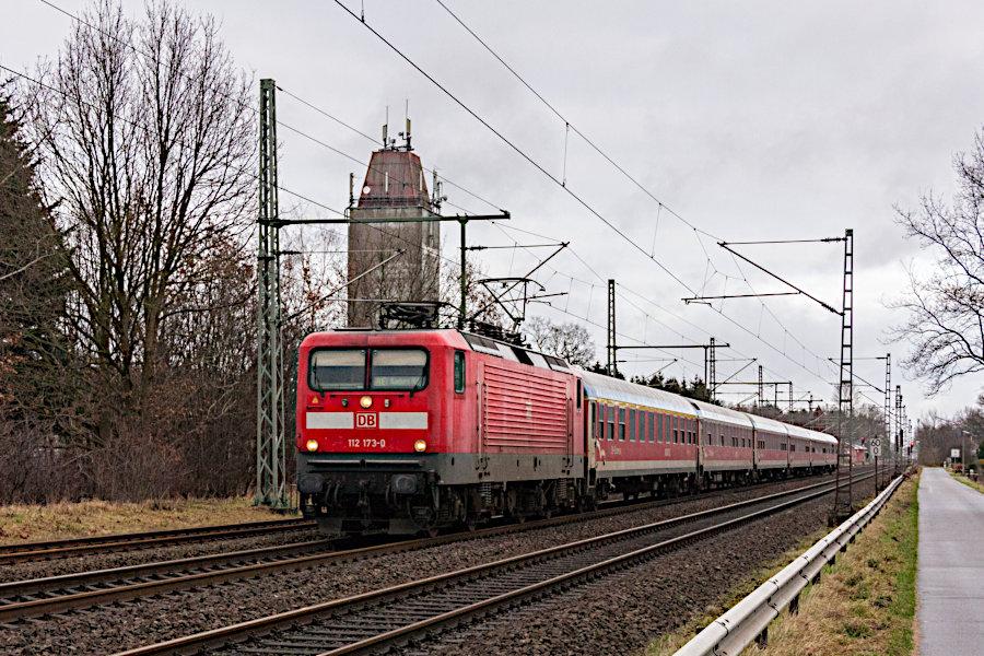 112 173 mit einem RE (Schlex) aus Flensburg nach der Durchfahrt durch den Bahnhof Brokstedt.