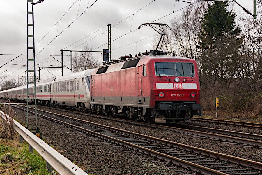 120 147 und 120 150 mit IC 2329 nach der Durchfahrt durch den Bahnhof Brokstedt.