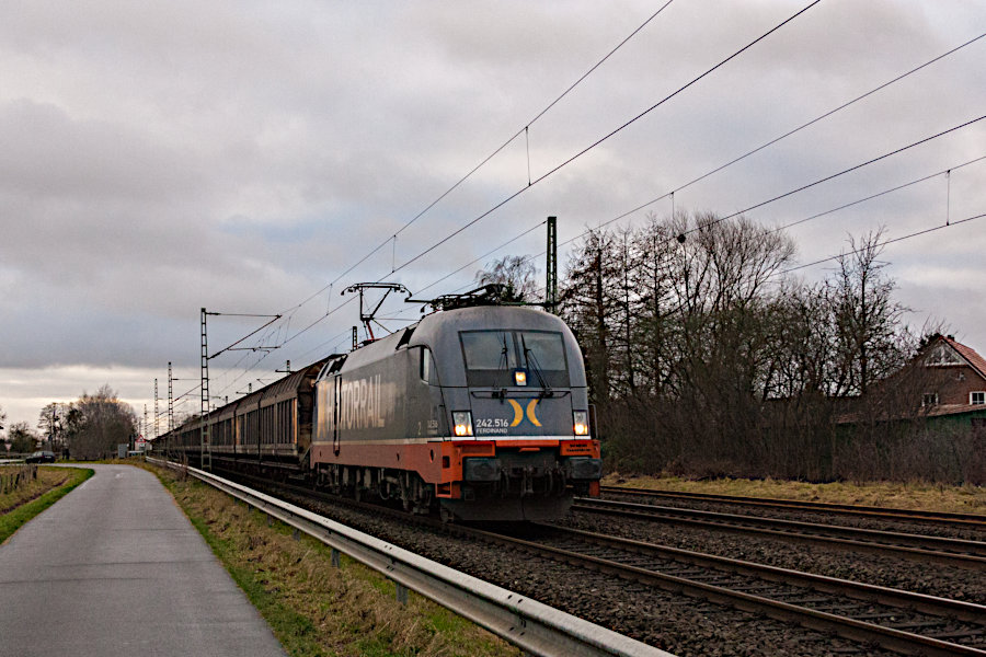 242.516 (182 516) mit einem Güterzug bei der Durchfahrt durch den Bf. Brokstedt.