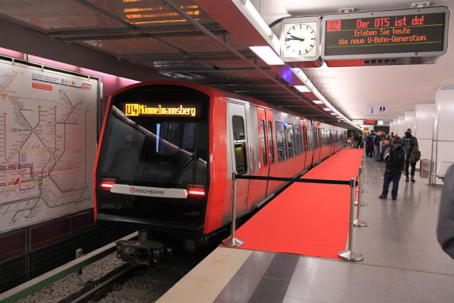 DT 5 306 bei der Vorstellung auf den U4 Gleisen in der Haltestelle Jungfernstieg.