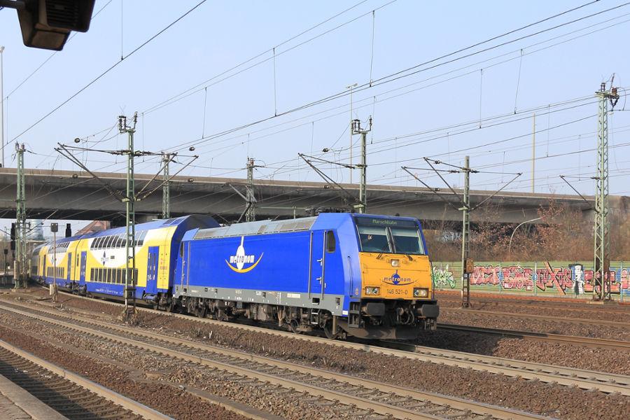 Metronom-Leihlok 146 521 mit MEr 81918 bei der Ausfahrt aus dem Bahnhof Hamburg-Harburg.