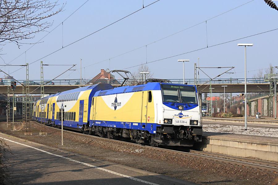 146 538 mit einem Metronom Richtung Bremen bei der Ausfahrt aus dem Bahnhof Hamburg-Harburg.