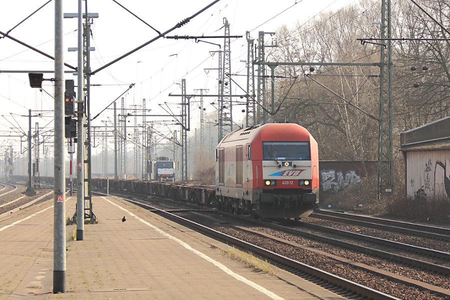 EVB 420 12 (223 032) mit leerem Containerzug durchfährt den Bahnhof Hamburg-Harburg.