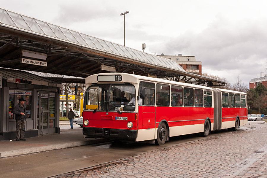 HOV 7211 (ex HHA 7211) auf der Omnibusanlage Eidelstedter Platz.