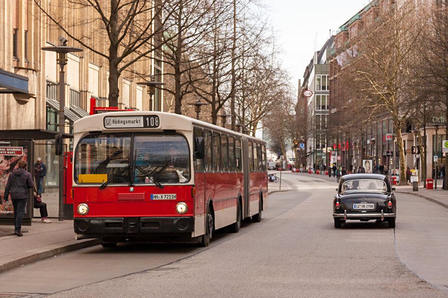 Aufeinadertreffen der H-Kennzeiochenträger HOV 7211 (ex HHA 7211) und einem Oldtimer an der Haltestelle Gerhard-Hauptmann-Platz.