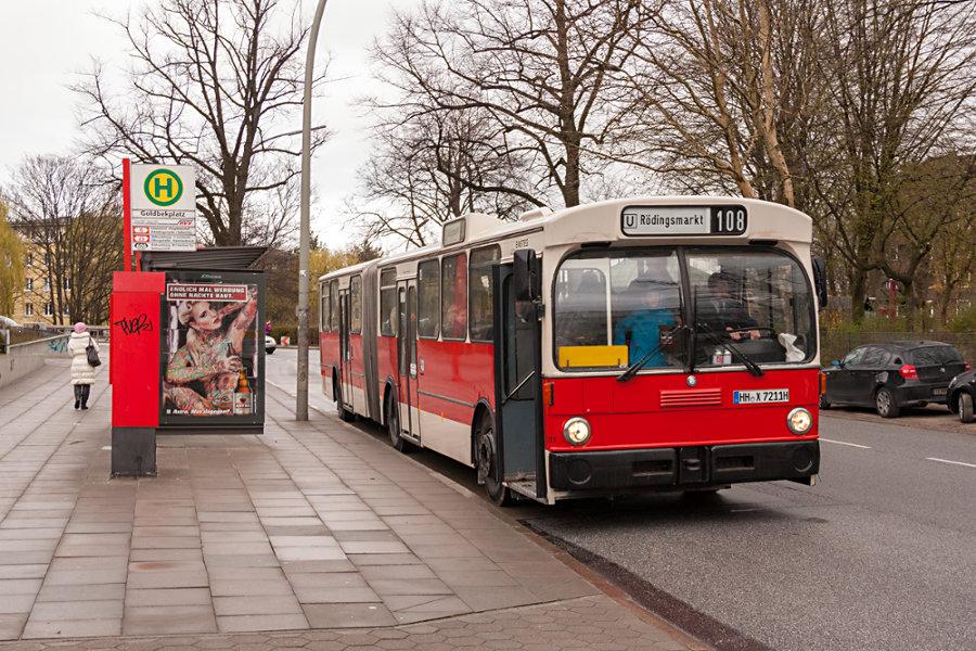 HOV 7211 (ex HHA 7211) am Goldbekplatz an der gleichnamigen Haltestelle.