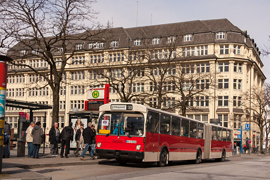 HOV 7211 (ex HHA 7211) auf der Haltestelle Hauptbahnhof/Kirchenallee.