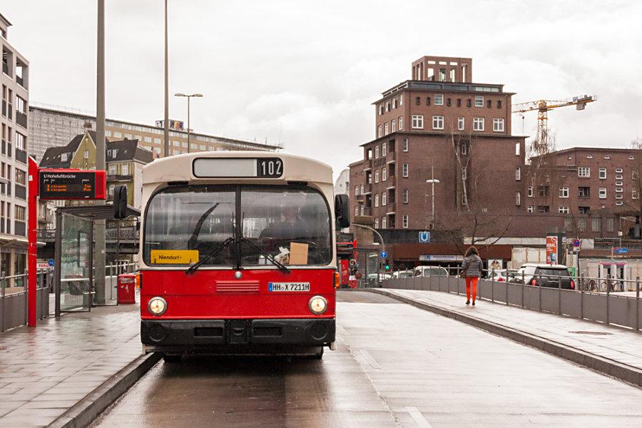 HOV 7211 (ex HHA 7211) an der Haltestelle U Hoheluftbrücke.
