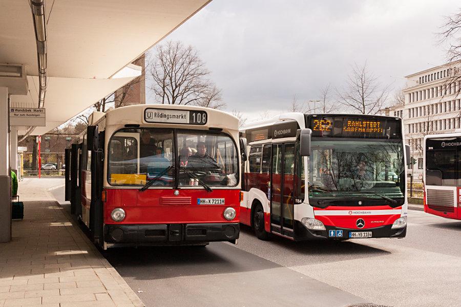 Alt HOV 7211 (ex HHA 7211) trifft neu HHA 1184 auf der Omnibusanlage Wandsbek Markt.