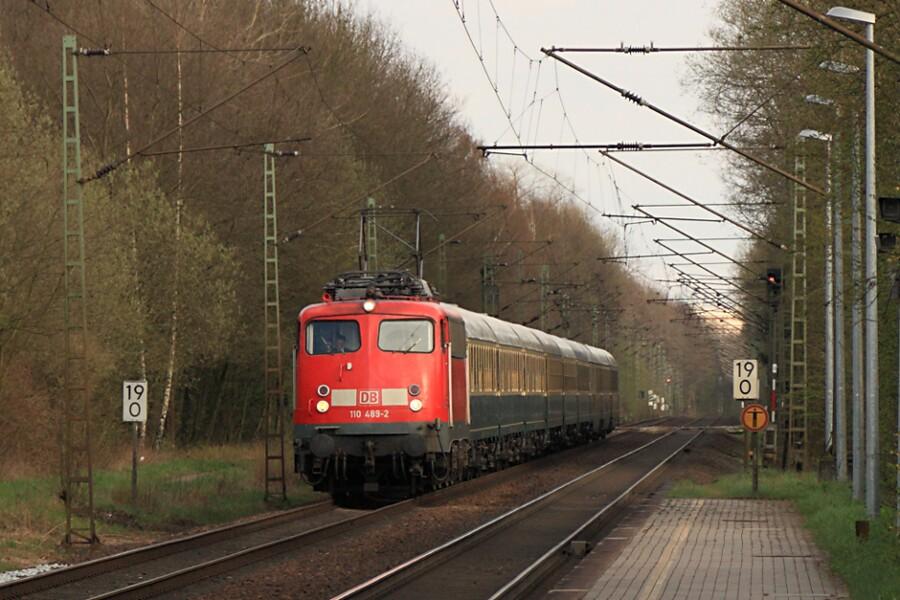 110 489 mit IC 2410 (IC '79) bei der Durchfahrt des Haltepunkts Prisdorf.