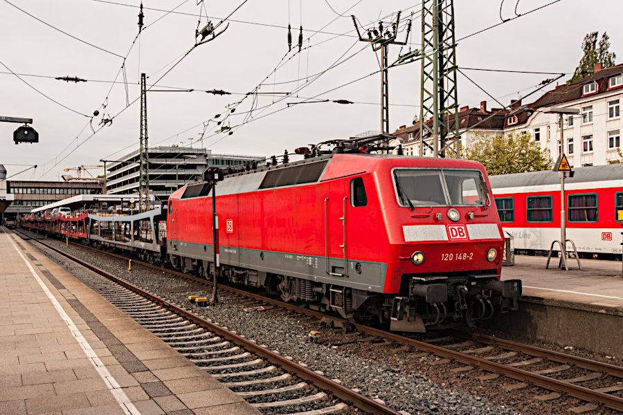 120 148 während der Entladung eines Autoreisezugs im Bahnhof Altona