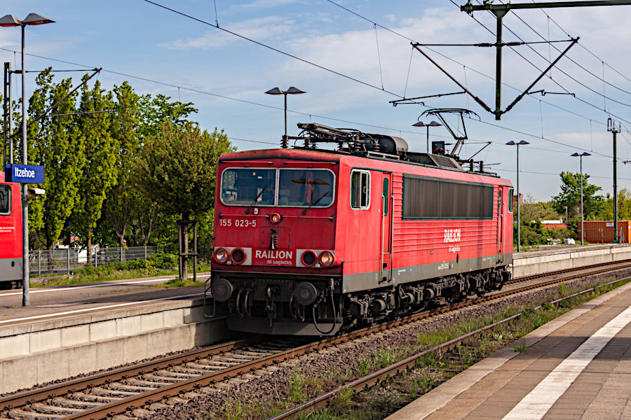 155 023 rangiert im Bahnhof Itzehoe.