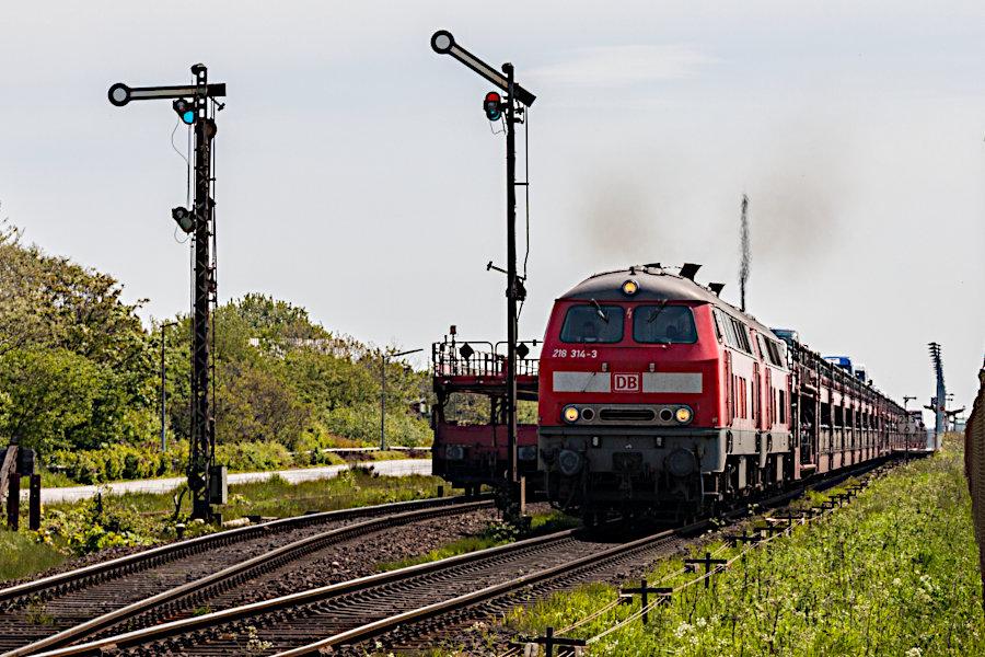 218 314 und eine weitere 218 mit einem SyltShuttle bei der Ausfahrt aus dem Bahnhof Keitum.