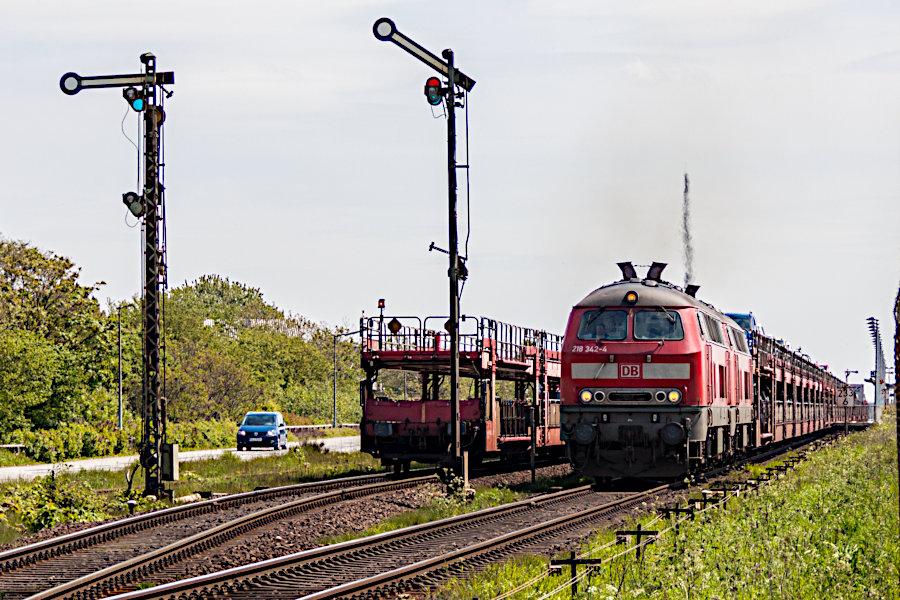 218 342 und eine weitere 218 mit dem SyltShuttle AS 1430 bei der Ausfahrt aus dem Bahnhof Keitum.