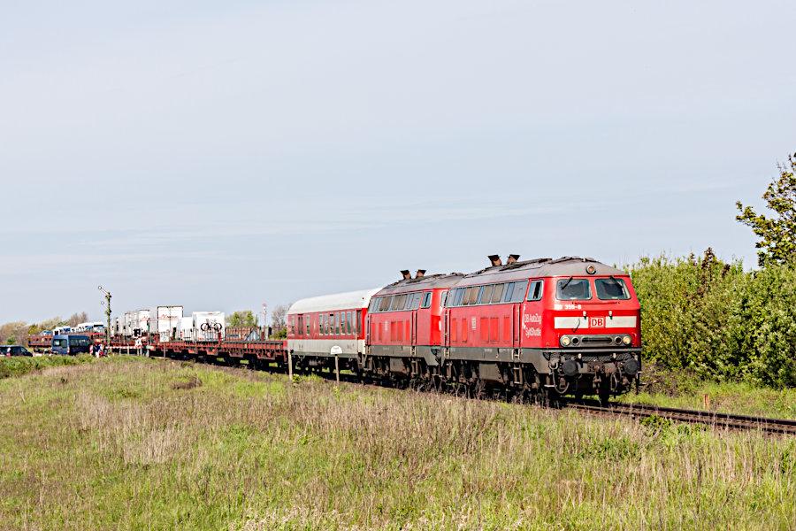 218 359 und eine weitere 218 mit einem SyltShuttle bei der Einfahrt in den Bahnhof Keitum