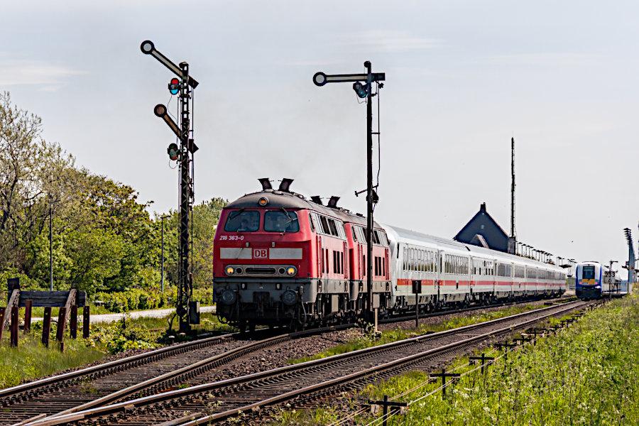 218 363 und eine weitere 218 mit einem IC bei der Ausfahrt aus dem Bahnhof Keitum.