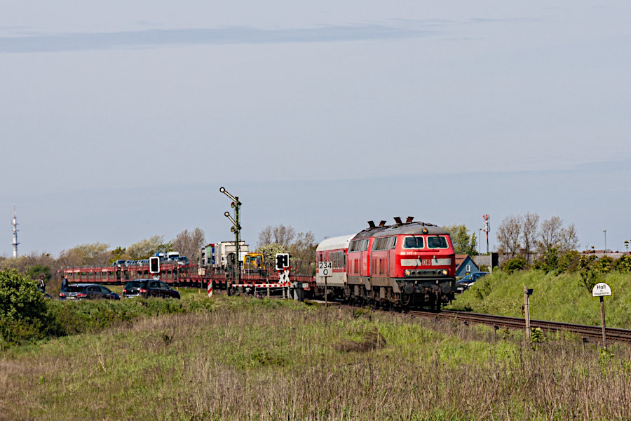 218 385 und eine weitere 218 mit einem SyltShuttle vor der Einfahrt in den Bahnhof Keitum.