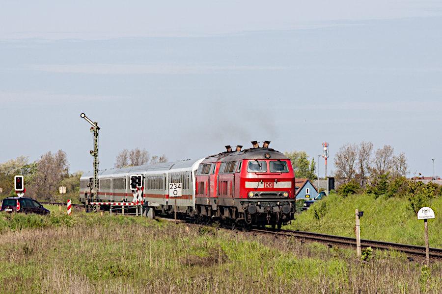 218 397 und eine weitere 218 mit IC 2171 kurz vor der Durchfahrt durch den Bahnhof Keitum.