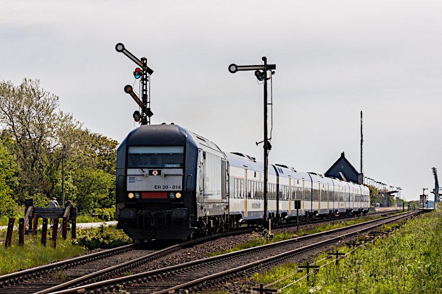 223 014 (ER 20 - 014) mit einer NOB bei der Ausfahrt aus dem Bahnhof Keitum.