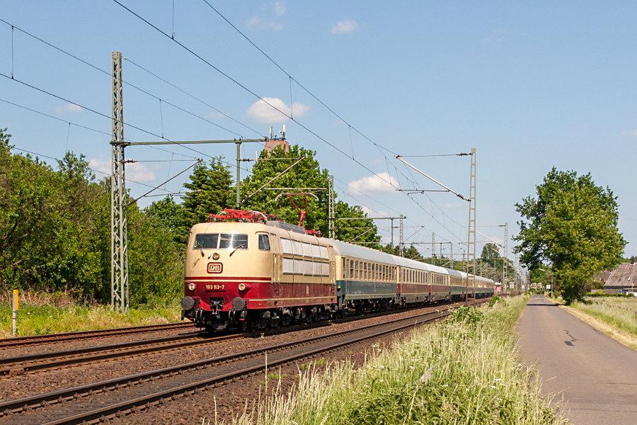 103 113 mit IC 2417 (IC '79) nach der Durchfahrt durch den Bahnhof Brokstedt.