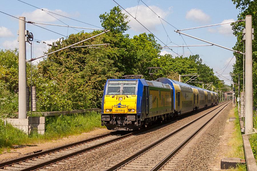 146 519 mit MEr 81916 bei der Einfahrt in den Haltepunkt Klecken.