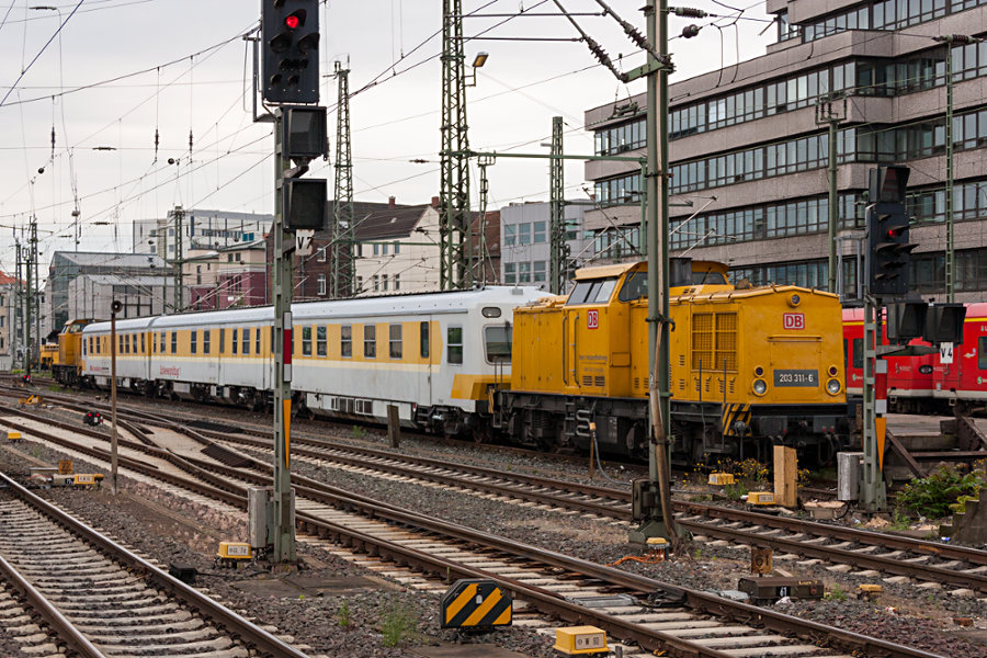 203 311 plus unbekannter Schwester und dem Schienenprüfzug abgestellt im Hauptbahnhof Hannover.