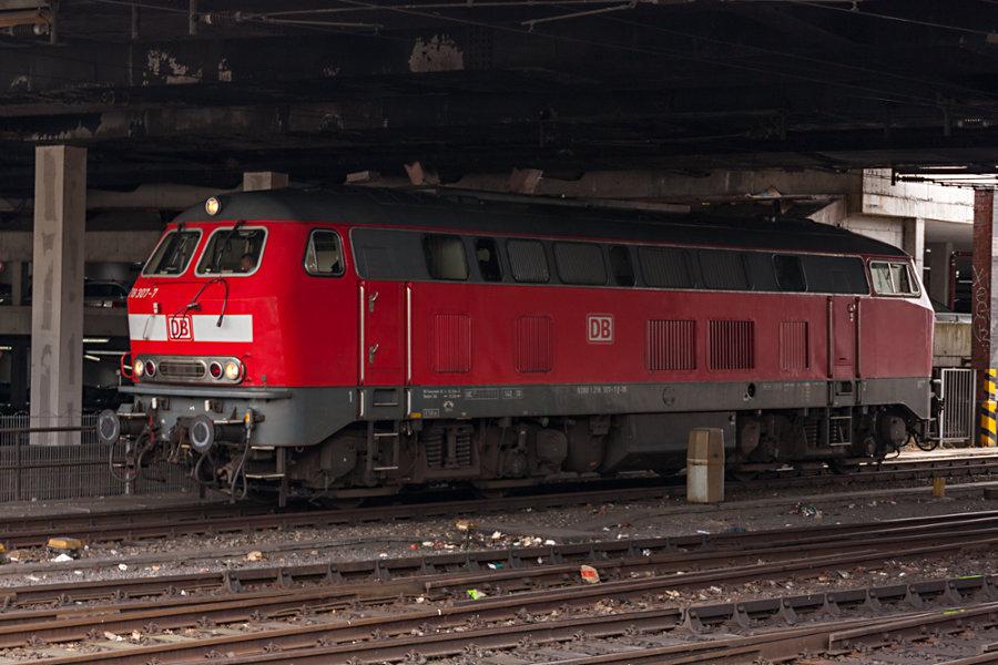 218 307 wartet im Hamburger Hauptbahnhof auf die nächste Leistung.