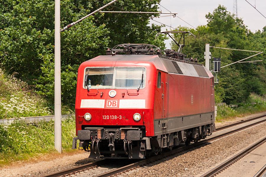 120 138 bei der Durchfahrt des Haltepunkts Klecken.