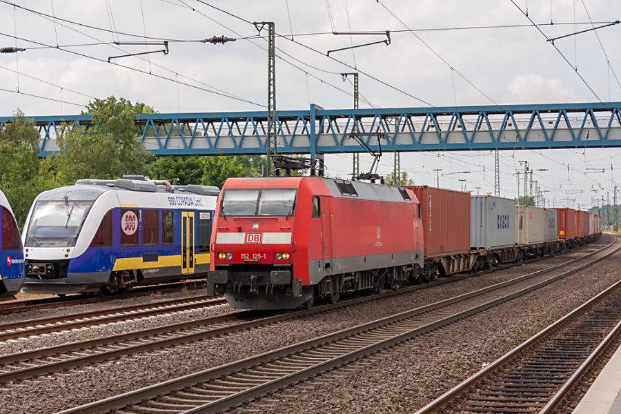 152 125 durchfährt mit einem Containerzug den Bahnhof Buchholz (Nordheide)
