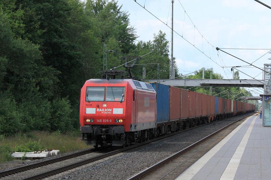 145 025 durchfährt mit einem Containerzug den Bahnhof Lauenbrück.